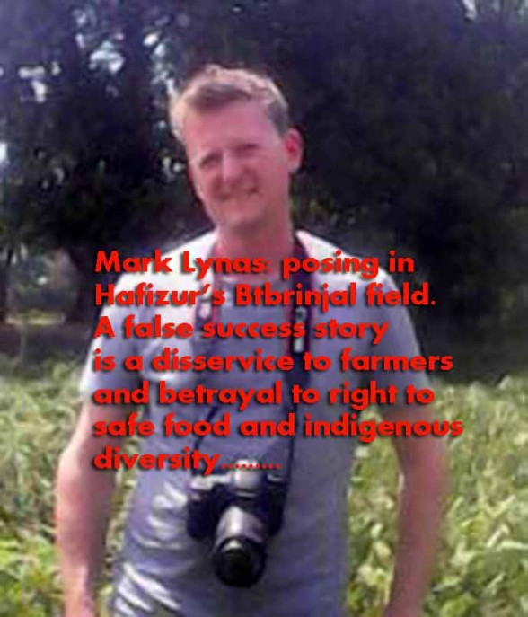 Mark Lynas poses in bt-brinjal field